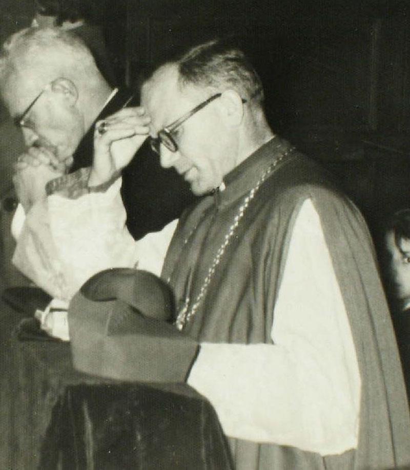 Biskup Karol Wojtyła wraz księdzem proboszczem Tadeuszem Kurowskim, w kościele św. Floriana w Krakowie w 1961 r.