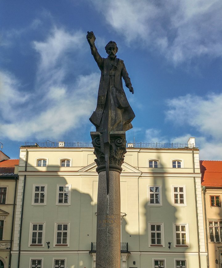 Pomnik ks. Skargi na Placu św. Magdaleny w Krakowie.