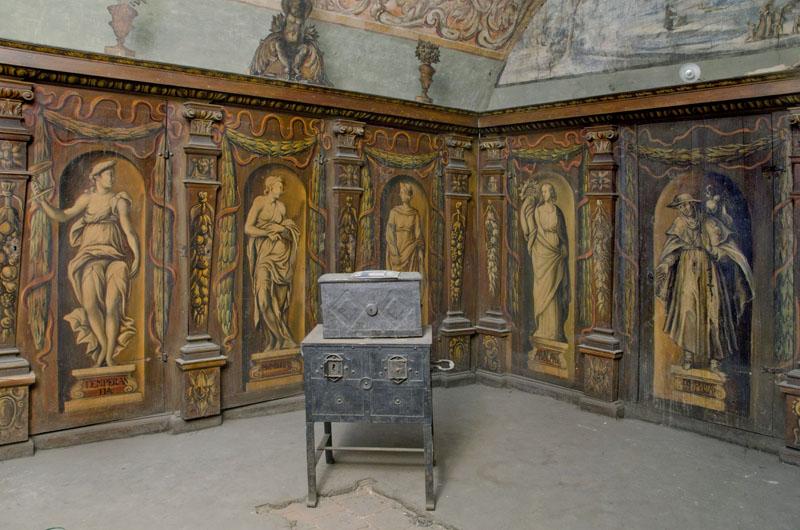 Sala klejnotowa Arcybractwa Miłosierdzia. W środku żelazna skrzynia na dokumenty, na niej skrzynka na pieniądze i kosztowności.