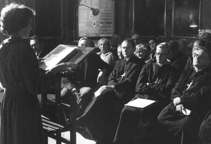 Sesja naukowa w sali Portretowej w 400-lecie powstania Arcybractwa Miłosierdzia w 1984 r. Prelekcję wygłasza Krystyna Jelonek-Litewka.