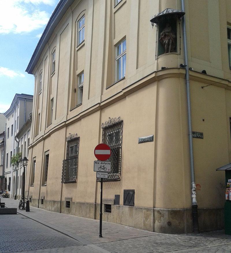 Widok na kamienicę rezydencjonalną przy ul. Siennej 5 oraz powiązane z nią kamienice przy ul. Stolarskiej 1 i 3 w Krakowie.