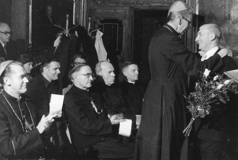 Zbigniew Chojnacki prosi kardynała Franciszka Macharskiego o rozpoczęcie procesu beatyfikacyjnego ks. Piotra Skargi. Sesja naukowa w 400-lecie założenia Arcybractwa Miłosierdzia w 1984 r.