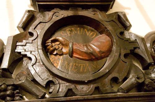 Godło Arcybractwa Miłosierdzia nad portalem sali portretowej.