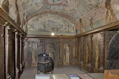 Sala klejnotowa Arcybractwa Miłosierdzia. W środku żelazna skrzynia na dokumenty, na niej skrzynka na pieniądze i kosztowności. 2
